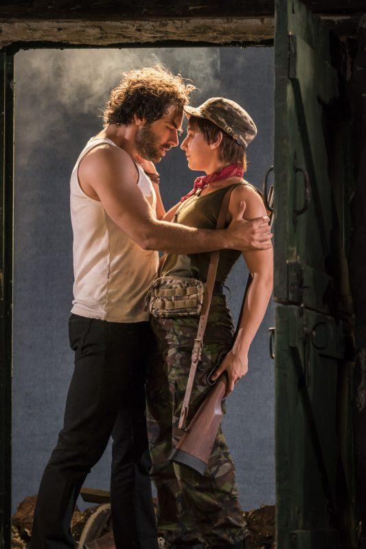 Aidan Turner (Padraic) Charlie Murphy (Mairead)