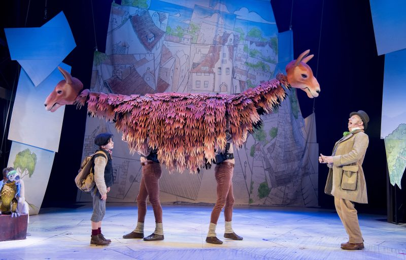 Elliot Morris as Tommy Stubbins Mark Williams as Doctor Dolittle with the Pushmi Pullyu in DOCTOR DOLITTLE. Credit Alastair Muir.