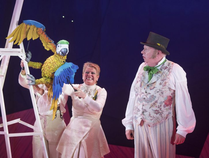 Vicky Entwistle as Polynesia the Parrot Mark Williams as Doctor Dolittle in DOCTOR DOLITTLE. Credit Alastair Muir